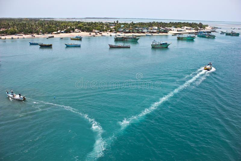 Barcos de pesca no trabalho no oceano imagem de stock