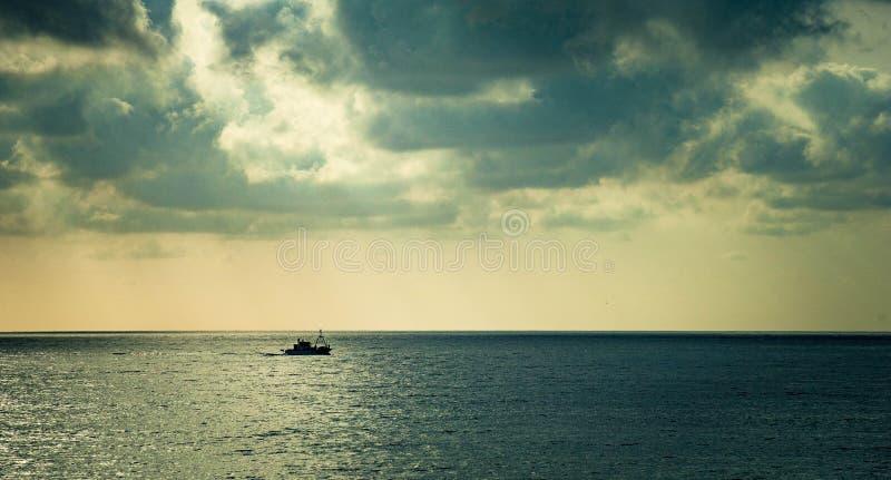 Barcos de pesca de nuevo a puerto fotografía de archivo
