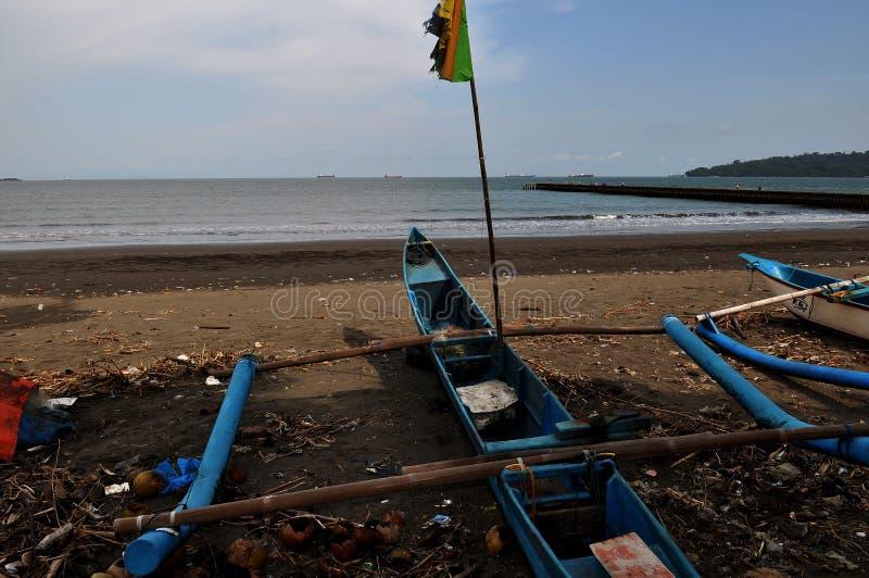 Barcos de pesca para procurar os peixes que inclinam-se na baía da tartaruga foto de stock royalty free