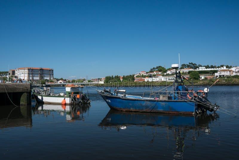 Barcos de pesca pequenos no rio da avenida distrito em Vila do Conde, Porto, Portugal imagem de stock