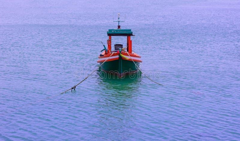 Barcos de pesca pequenos perto da ilha imagem de stock