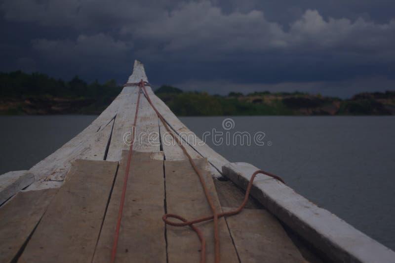 Barcos de pesca pequenos que flutuam no rio imagem de stock