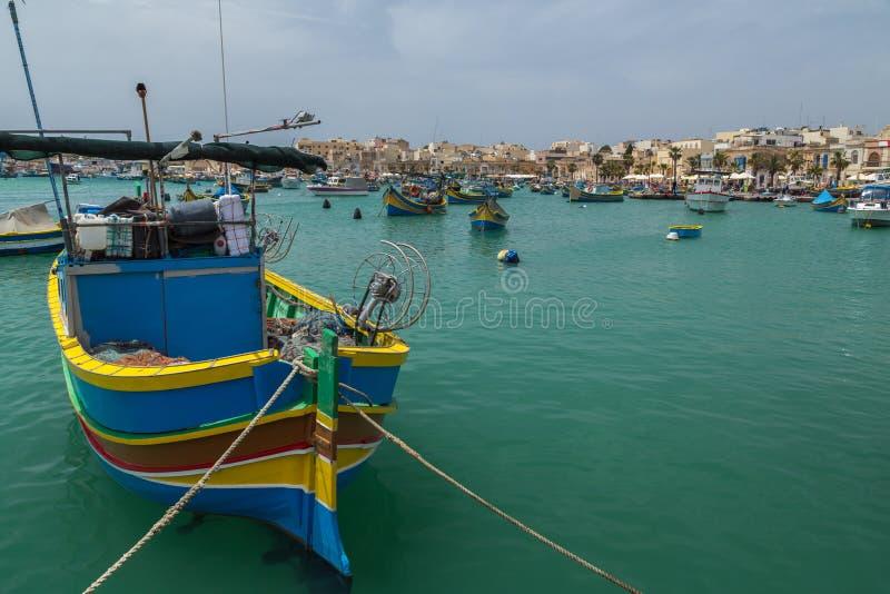 Barcos de pesca pintados coloridos en el puerto de Marsaxlokk, mA imágenes de archivo libres de regalías