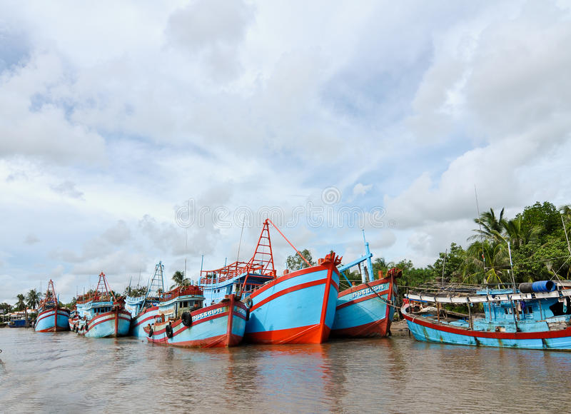 Barcos de pesca que entram no rio no delta de Mekong, Vietname do sul de Tien imagens de stock