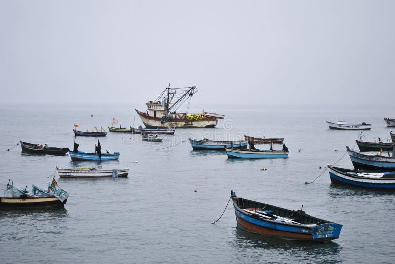 Barcos de pesca que flotan en el mar en invierno fotos de archivo