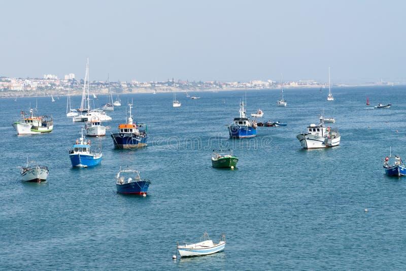Barcos de pesca que flotan en el puerto de los pescados de Cascais imagenes de archivo
