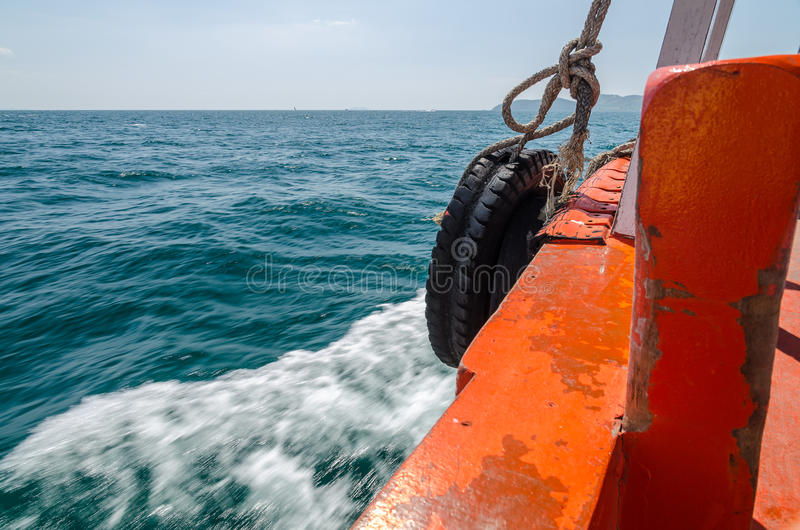 Barcos de pesca que navegam no mar áspero fotografia de stock
