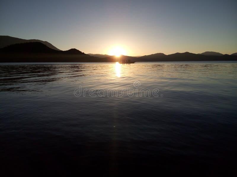 Barcos de pesca que retornam no por do sol imagens de stock