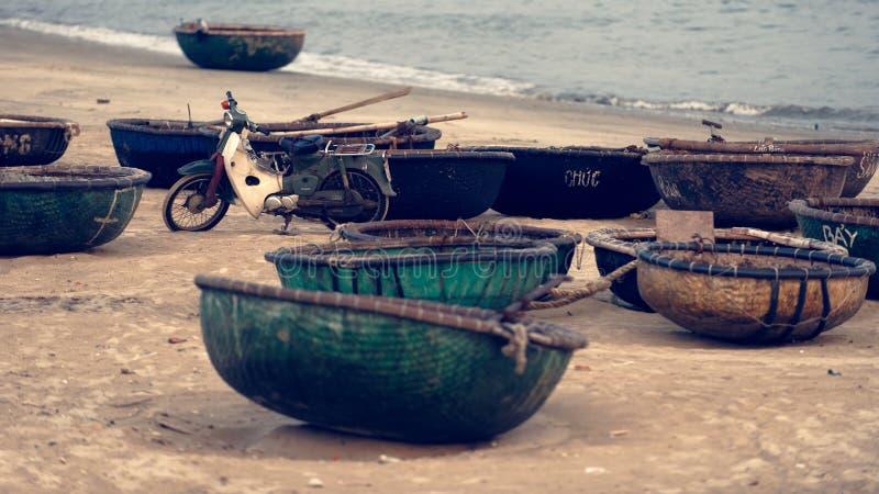 Barcos de pesca redondos na praia, Vietname imagem de stock royalty free