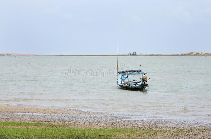 Barcos de pesca tradicionais escorados no lago do chilka foto de stock