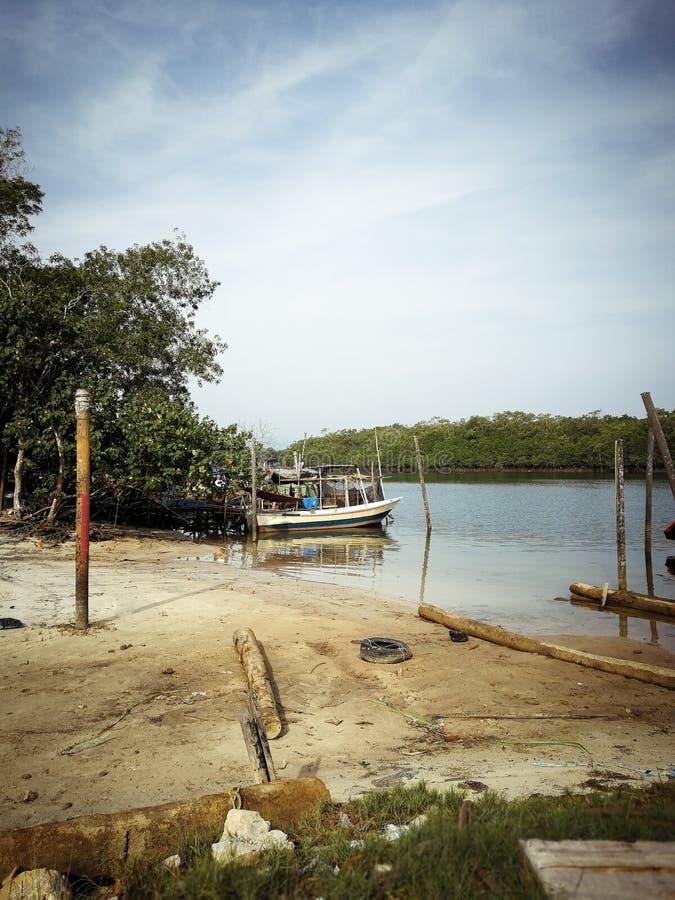 Barcos de pesca tradicionais estacionados no rio do molhe na manhã fotografia de stock royalty free
