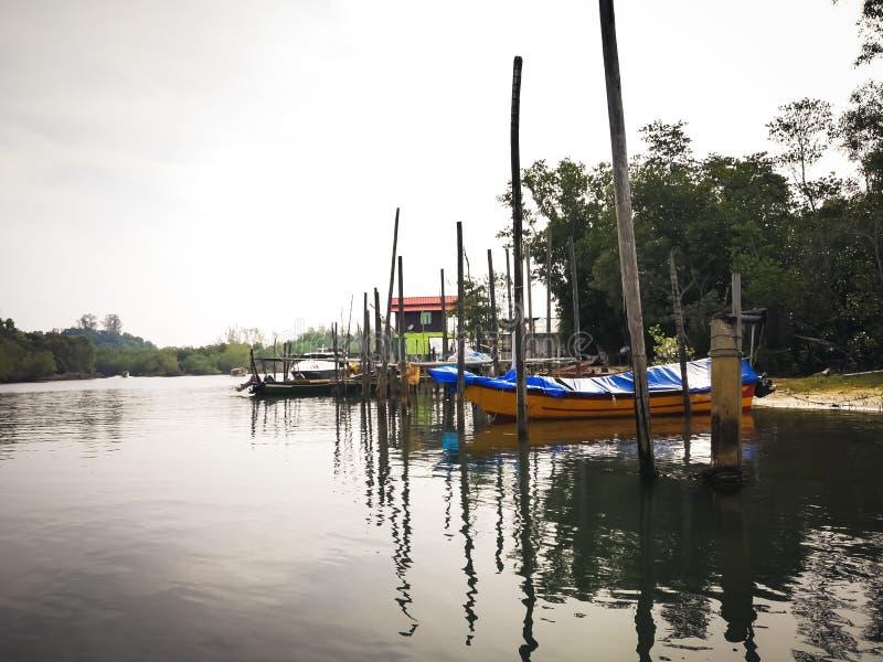 Barcos de pesca tradicionais estacionados no rio do molhe na manhã imagem de stock