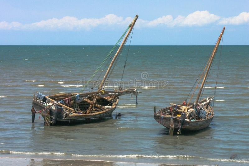 Barcos de pesca tradicionais fora da costa de Zanzibar imagem de stock