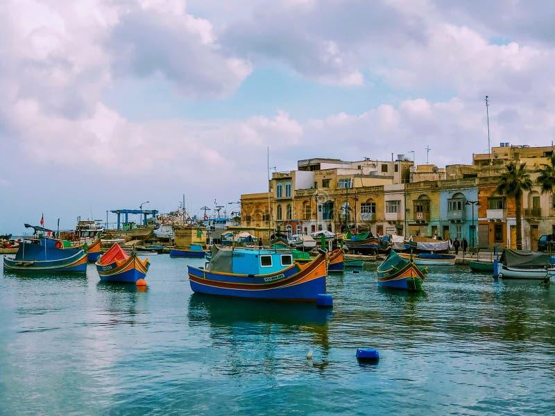 Barcos de pesca tradicionais Luzzu amarrado no porto de Marsaxlokk, Malta fotos de stock