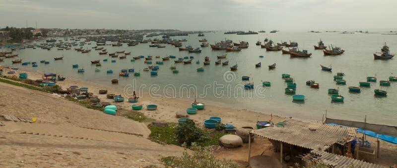 Barcos de pesca tradicionais, Mui Ne, Vietname fotos de stock royalty free