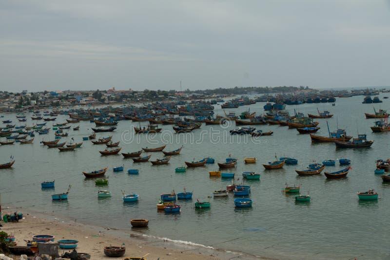 Barcos de pesca tradicionais, Mui Ne, Vietname imagem de stock