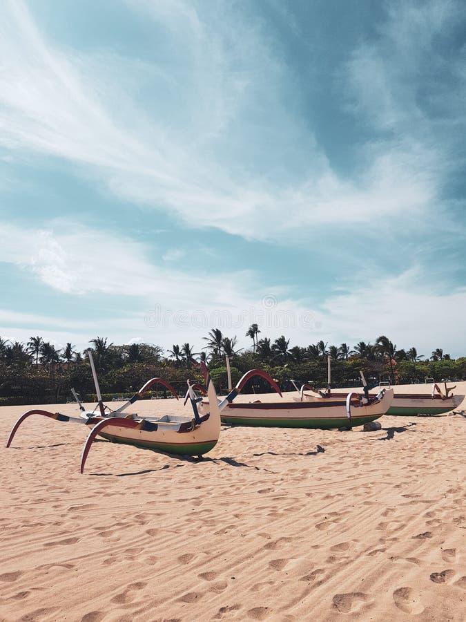 Barcos de pesca tradicionais na praia de Bali fotos de stock royalty free