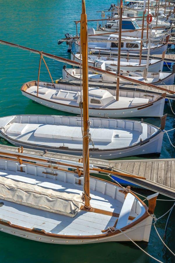 Barcos de pesca tradicionais no porto de Ciutadella, Menorca, Espanha de Balearic Island imagens de stock