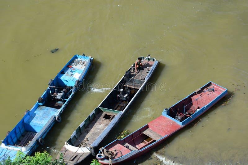 Barcos de pesca tradicionais Rio de Irrawaddy mandalay myanmar foto de stock royalty free
