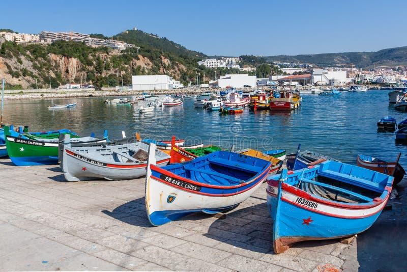 Barcos de pesca tradicionales (llamados Aiolas) en el puerto pesquero de Sesimbra fotografía de archivo