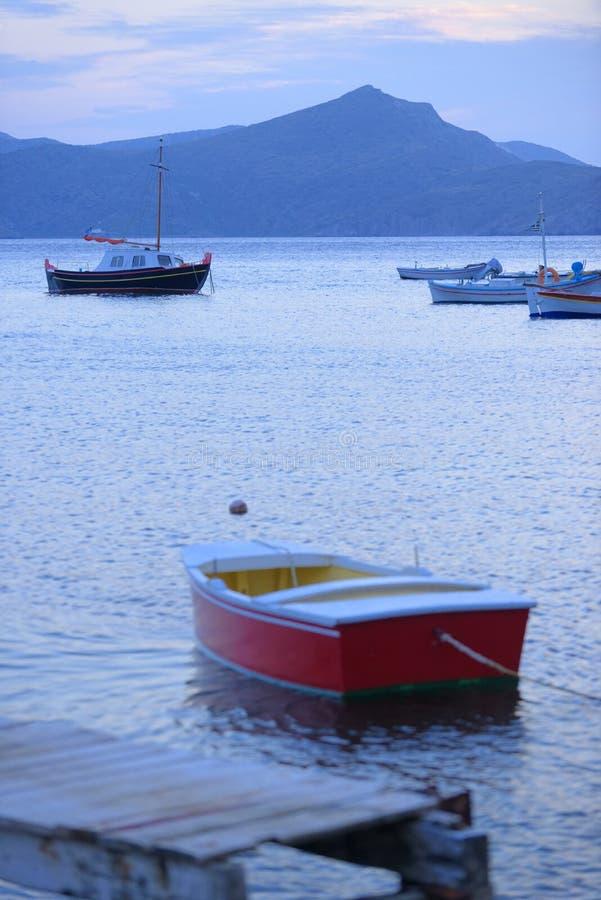 Barcos de pesca vacíos imagenes de archivo