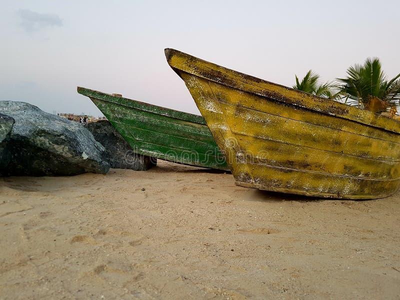 Barcos de pesca velhos em uma praia tropical fotos de stock