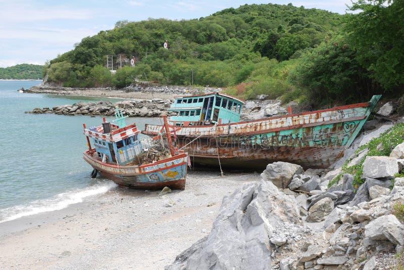 Barcos de pesca velhos encalhados em uma praia imagens de stock royalty free