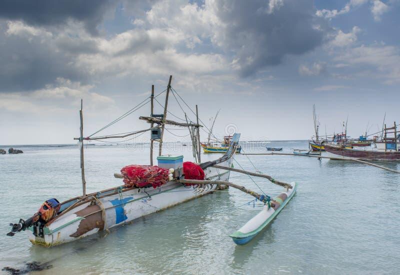 Barcos de pesca velhos de madeira na baía fotos de stock royalty free