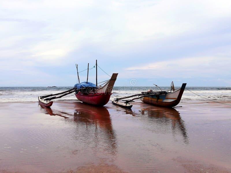 Barcos de pesca velhos de madeira na costa imagens de stock