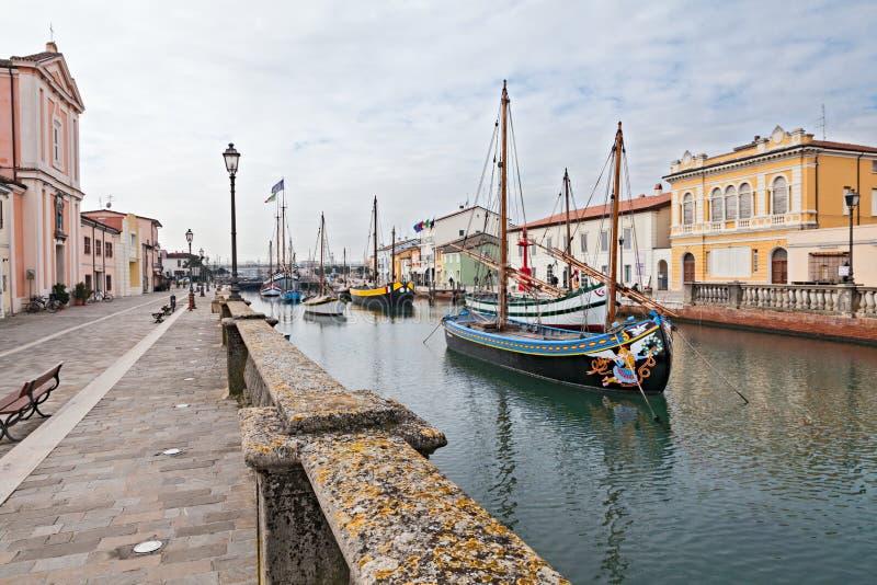 Barcos de pesca viejos en Cesenatico, Italia imagenes de archivo