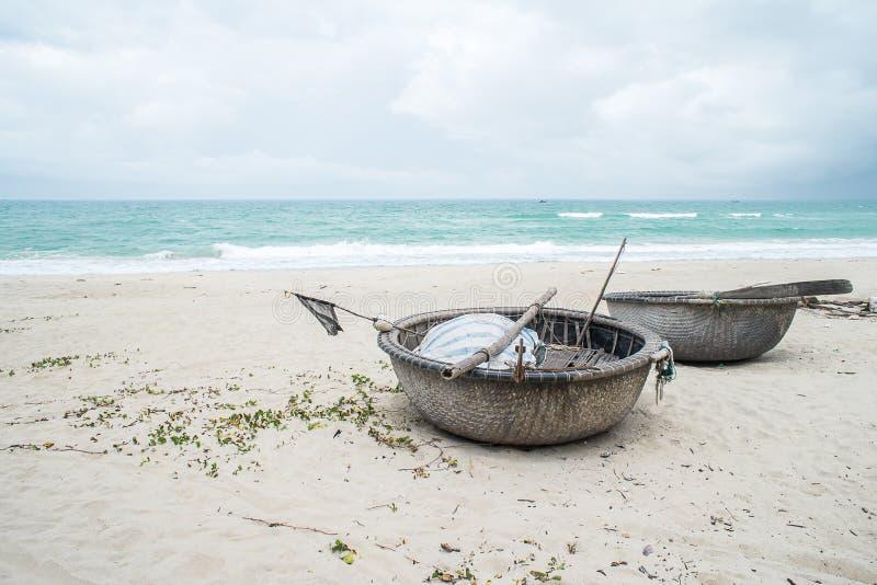 Barcos de pesca vietnamianos em uma praia isolado em Hoi An imagens de stock