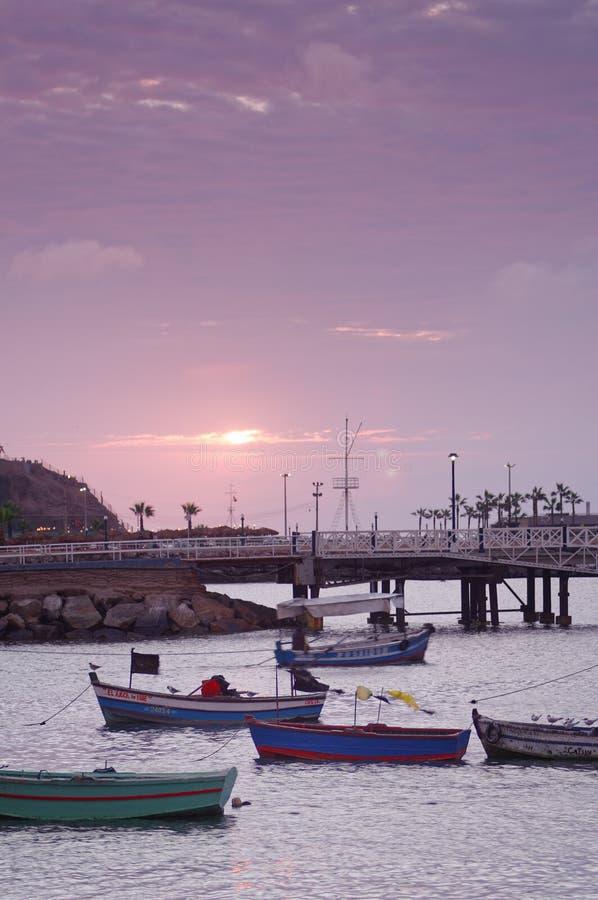 Barcos de pesca y embarcadero, chorrillos, Lima, Perú clouid del cielo del agua foto de archivo