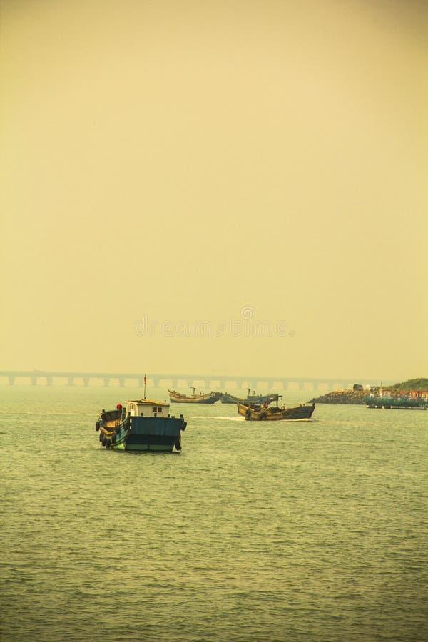 Barcos de pesca y puerto fotografía de archivo libre de regalías
