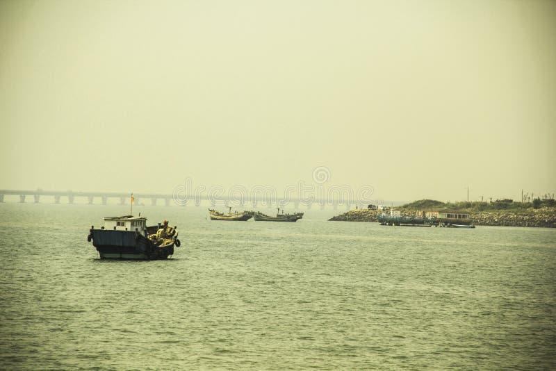 Barcos de pesca y puerto fotografía de archivo
