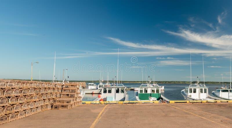 Barcos de pesca y trampas de la langosta foto de archivo