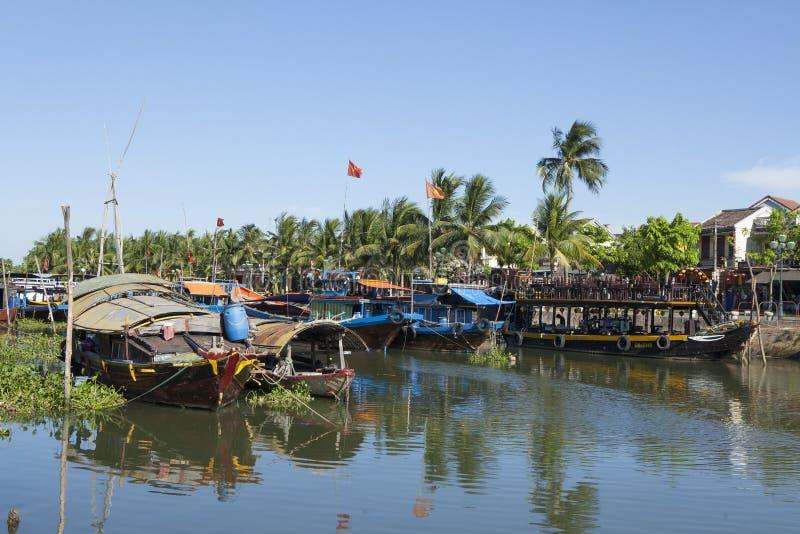 Barcos de pesca y barcos turísticos en el río de Hoai en la ciudad antigua de Hoi An fotografía de archivo libre de regalías