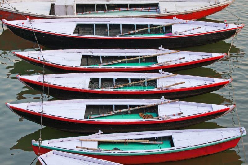 Barcos de prazer amarrados no rio Ganges foto de stock