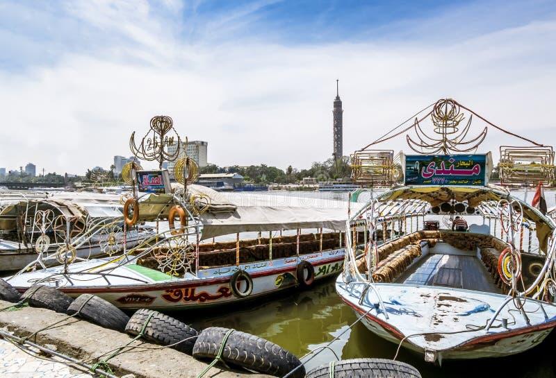 Barcos de prazer no Nilo oposto à torre do Cairo, Egito, o 13 de abril, foto de stock
