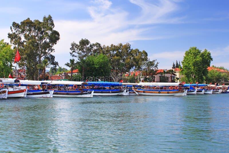 Barcos de prazer no rio de Dalyan, Turquia fotos de stock royalty free