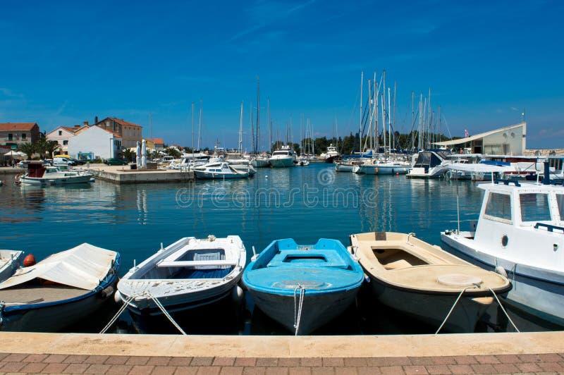 Barcos de prazer pequenos na cidade Preko, Croácia fotografia de stock royalty free
