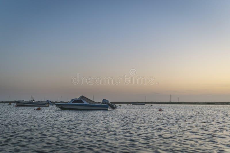 Barcos de Rio Formosa que flotan en la puesta del sol foto de archivo