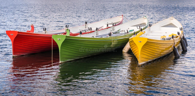 Barcos de rowing amarillos verdes rojos foto de archivo libre de regalías