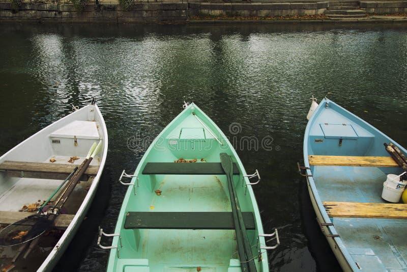 Barcos de rowing en el canal de Annecy foto de archivo