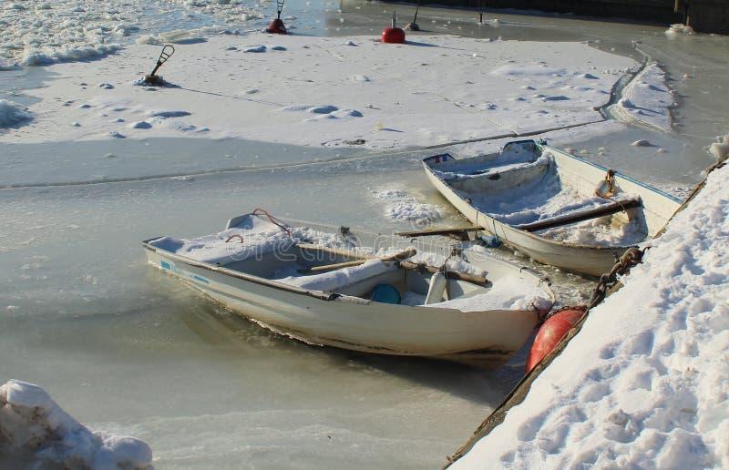 Barcos de rowing en el mar Báltico congelado del hielo imagen de archivo