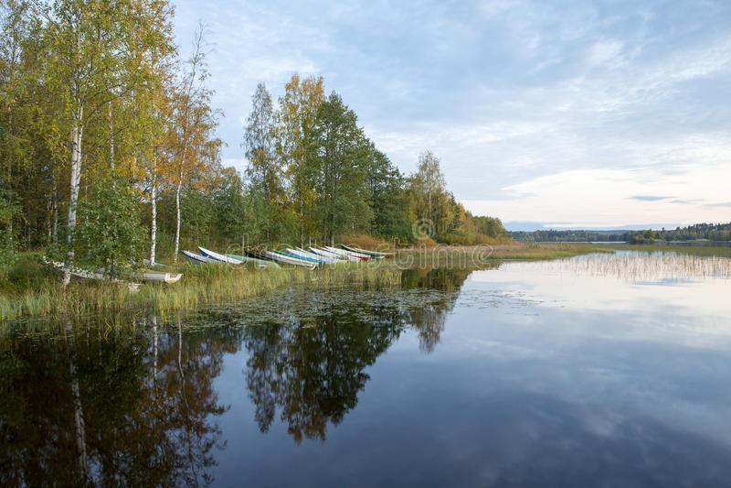 Barcos de rowing en la orilla en una noche del otoño imagenes de archivo
