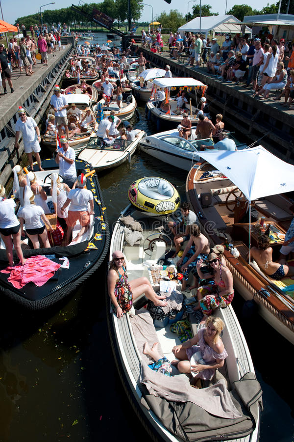 Barcos de Sloop que esperan el puente fotografía de archivo libre de regalías