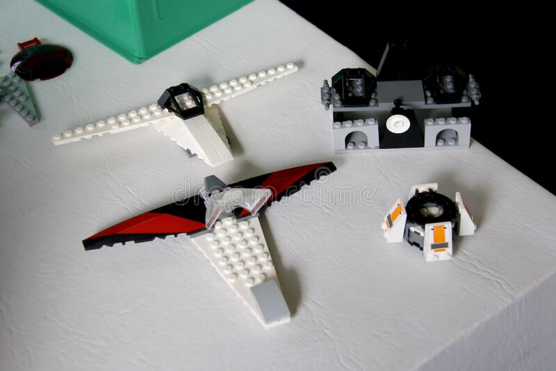 Barcos de Starwar construidos con bloques Lego Los niños juegan para construir elementos de la saga de las Starwar foto de archivo libre de regalías