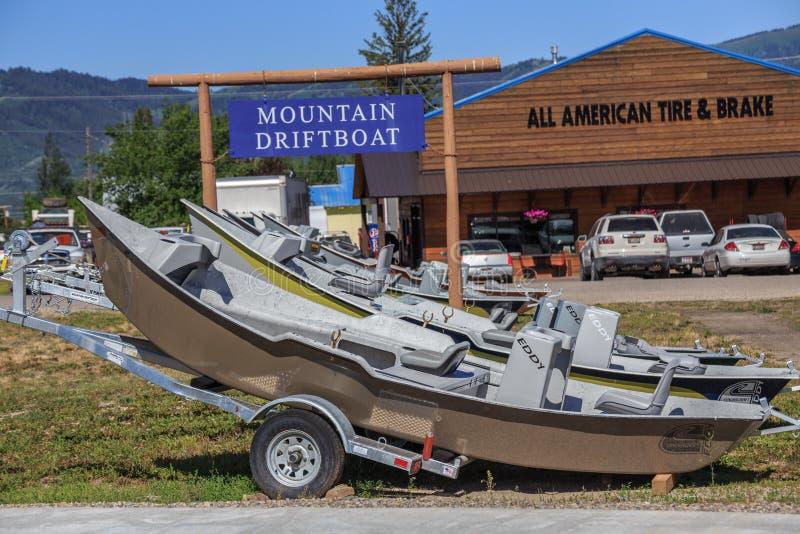 Barcos de tração da pesca da truta da montanha imagem de stock royalty free