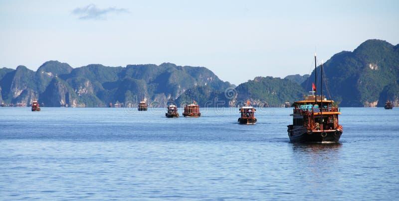 Barcos de turista no louro de Halng, Vietnam fotos de stock