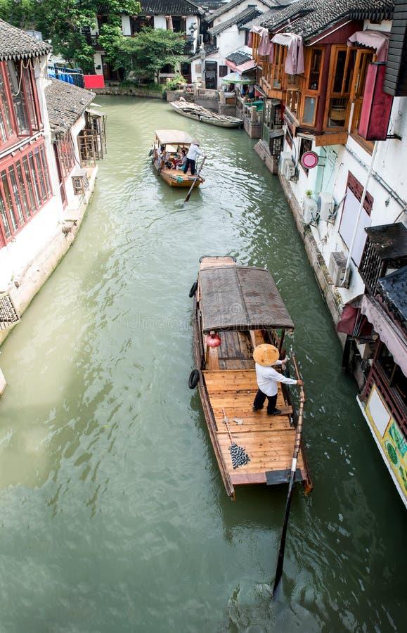 Barcos de turista tradicionais de China em canais de Shanghai Zhujiajiao fotografia de stock royalty free